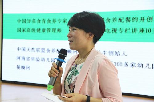 市实验幼儿园园长郝江玉向大家介绍朱春兰老师