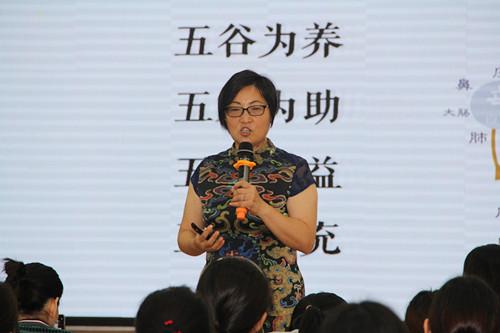 国家高级健康管理师朱春兰告诉教师们如何健康饮食